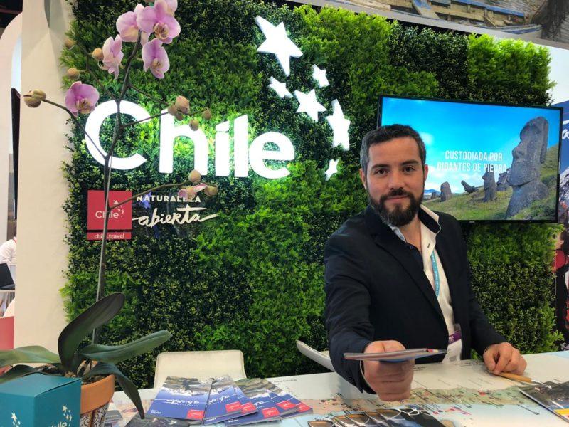 Imagen en primer plano de uno de los informadores turísticos de Chile en el stan de nuestro país en la feria Anato 2019