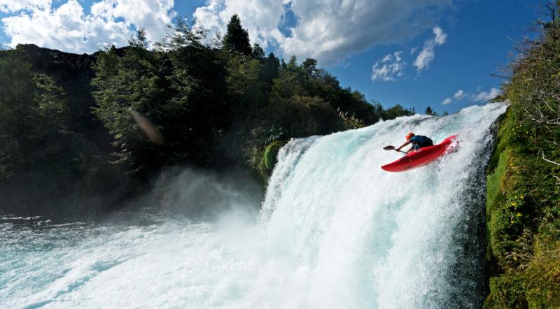 Imagen panorámica de un deportista lanzádose en kayak por uno de los ríos de Sollipulli