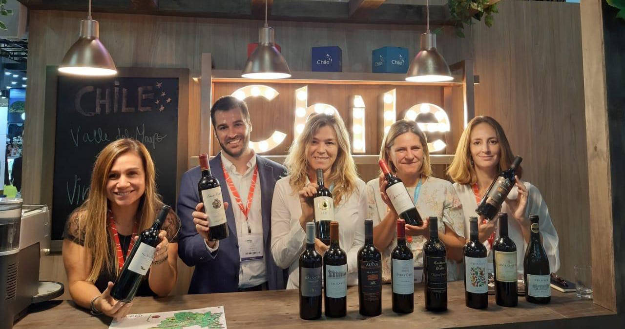Imagen de un grupo de expositores chilenos en la feria WTM Brasil 2019, en el stand de Chile mostrando la oferta vitivinícola del país