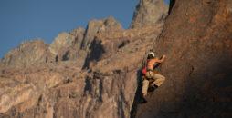 Imagen de una unamujer escalando una de las imponentes montañas del Cajón del Maipo