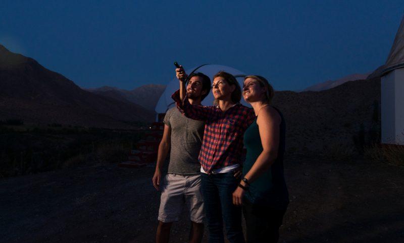 Imagen de un grupo de turistas admirando los cielos nocturnos de la región de Coquimbo, realizando astroturismo