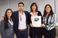 Imagen del equipo de Sernatur y la Subsecretaría de Turismo recibiendo el premio del Botón de Plata de Youtube