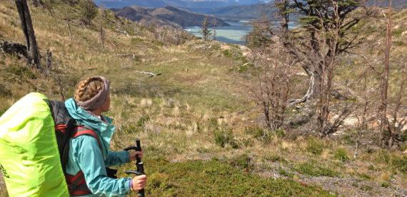 Imagen de una turista realizando trekking en el Parque Nacional Torres del Paine