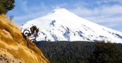 Imagen de un deportista practicando mountainbike en los escarpados cerros de Pucón