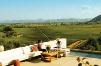 Imagen de dos mujeres tomando vino en el valle de Colchagua