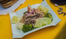 Imagen de un ceviche de salmón con palta y papas mayo
