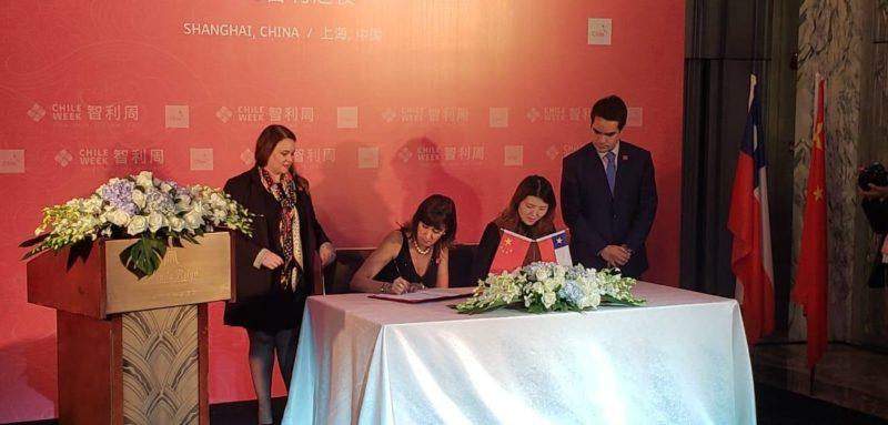 Imagen de la mesa completa donde la Subsecretaria de Turismo firmó convenio con la agencia de viajes de China Ctrip
