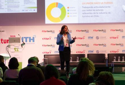 Imagen de la directora de Sernatur Andrea Wolleter dando una charla en la feria FITUR 2019 en España
