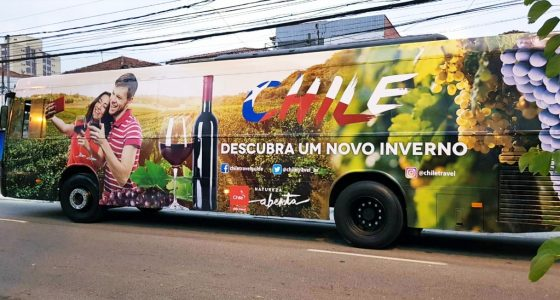 Bus brandeado con imágenes de vino chileno