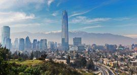 Imagen panorámica de Santiago donde destacan edificios en altura  con un cielo azul despejado