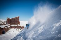 Imagen de un hombre esquinado en la limpia nieve de las laderas de Valle Nevado