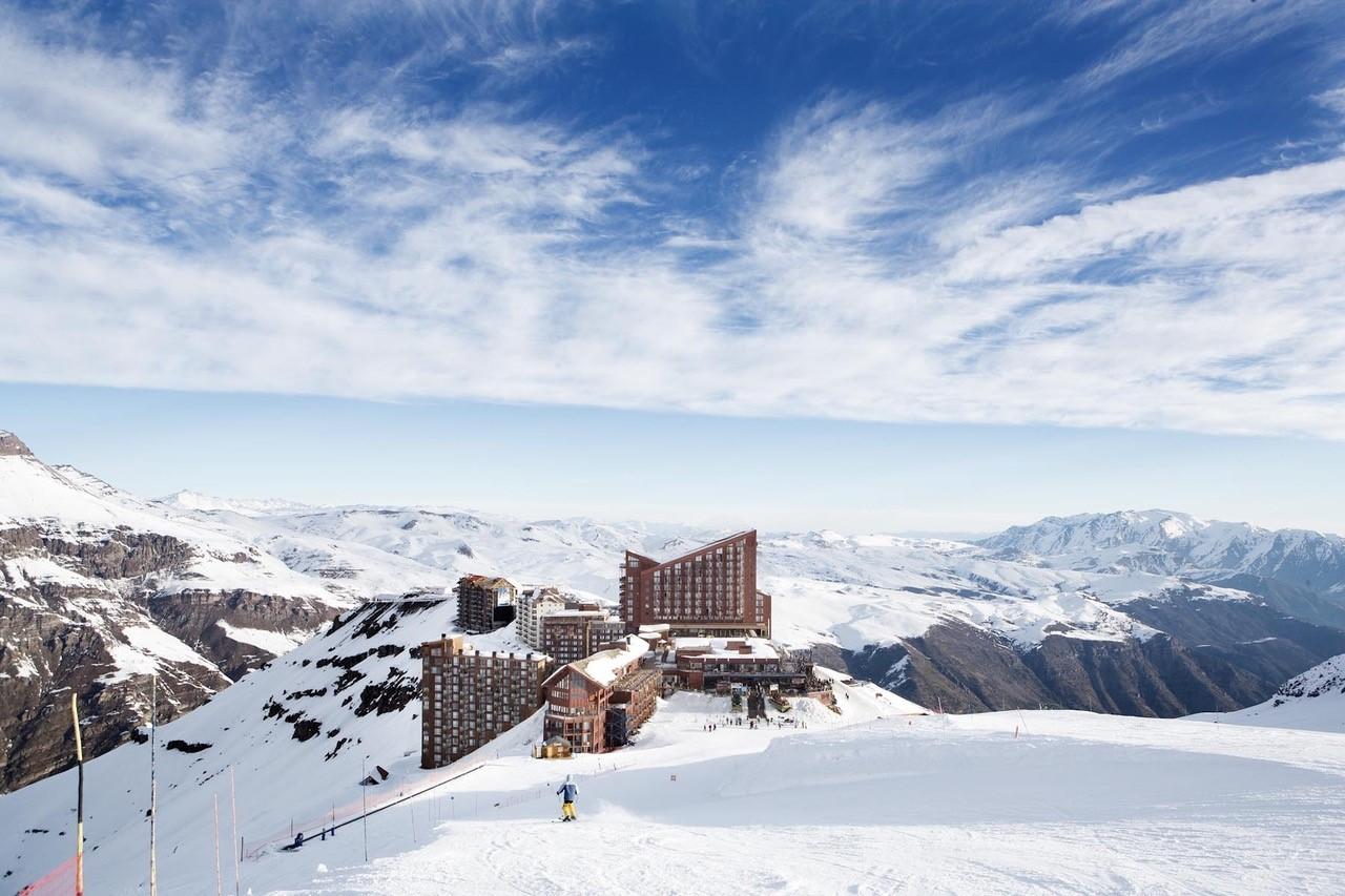 Imagen panorámica del Hotel de Valle Nevado cubierto de nieve