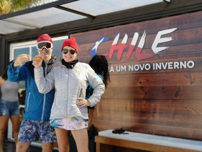 Imagen de una pareja de brasileños en brindando con vino chileno en el stand de Chile en Ipanema
