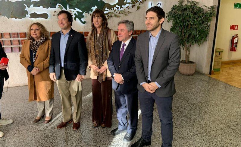 Fotografía en grupo de las autoridades de turismo chilenas donde además se encuentra el representante de la línea JetSmart