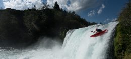 Imagen de un deportista lanzándose en Kayak