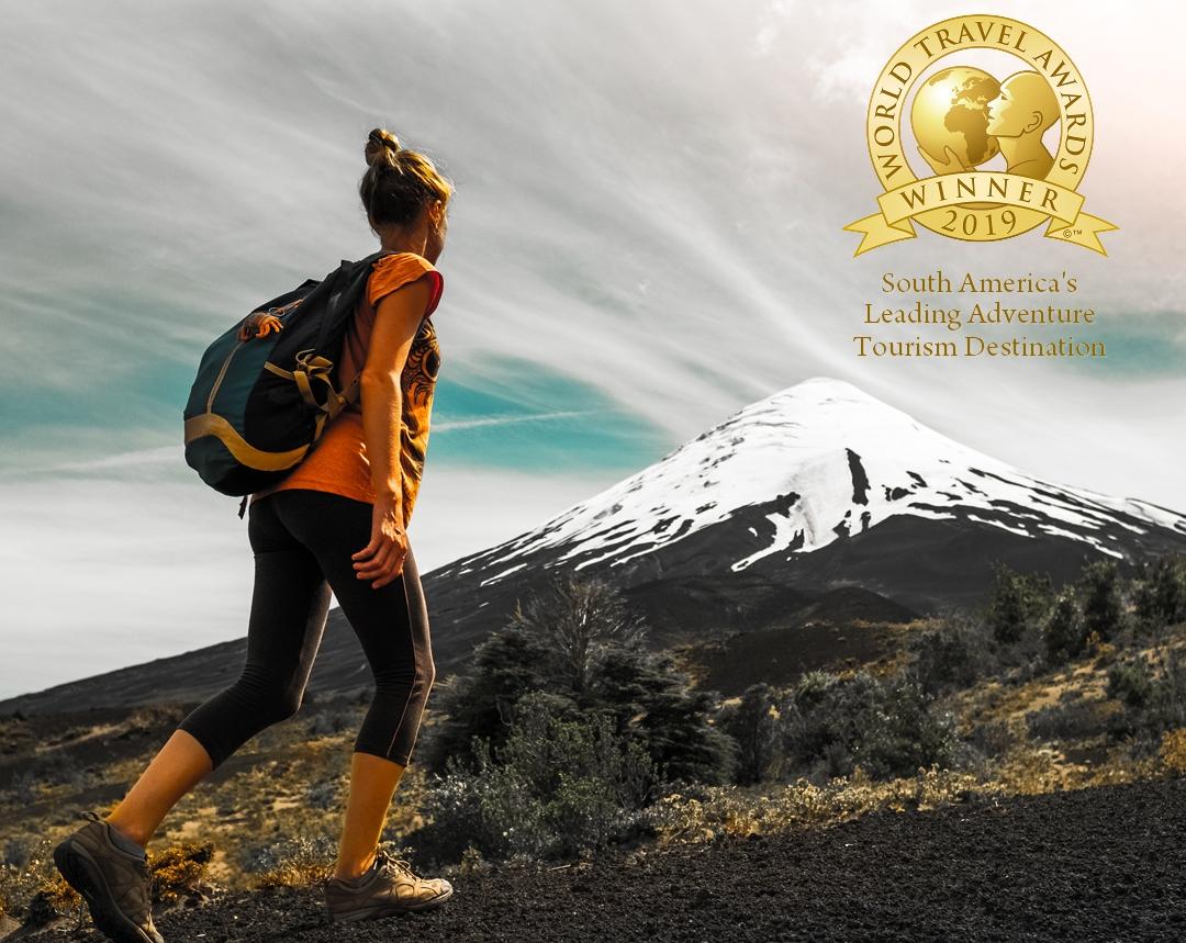 Imagen de una mujer realizando trekking en el sur de Chile