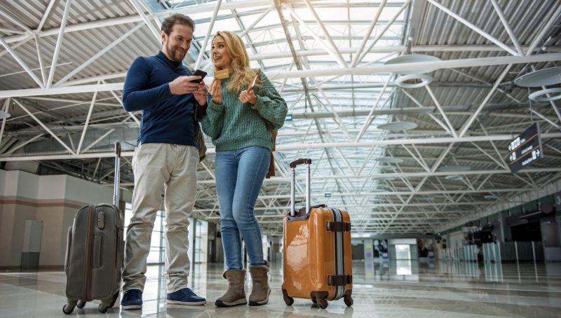 Imagen de una pareja programando su viaje en el aeropuerto