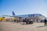 Imagen de un avión de Sky en el aeropuerto rodeado de gente