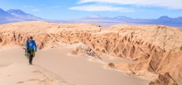 Imagen de un deportista realizando sandboard en el Desierto de Atacama