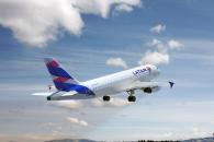 Imagen de un avión de LATAM en pleno vuelo