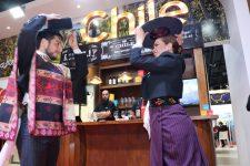 Imagen de una pareja de chilenos bailando cueca en FIT 2018