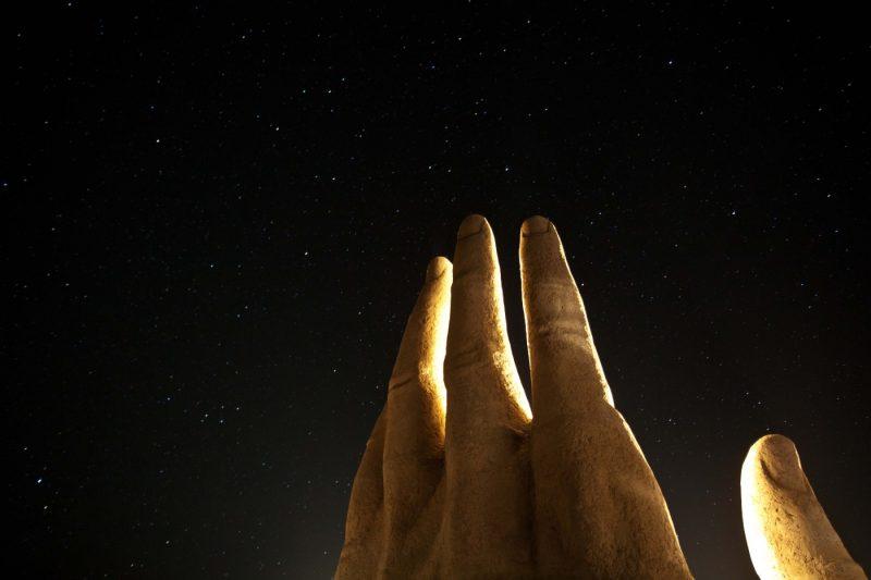 Imagen de la Mano del Desierto en Antofagasta en una noche estrellada
