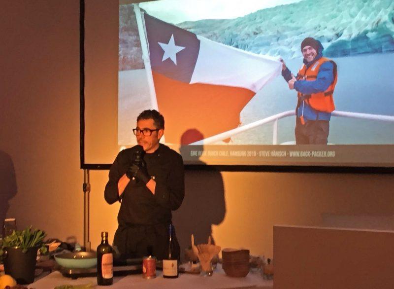 Imagen de un chef chileno presentando platos tipicos en la acción de RS Hamburgo