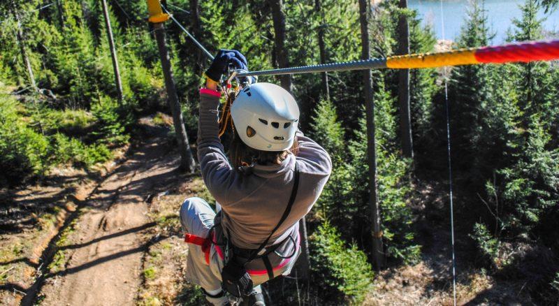 Mujer deslizandose en canopy en el sur de Chile