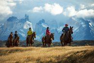 Imagen de un grupo de turistas recorriendo la Patagonia a caballo