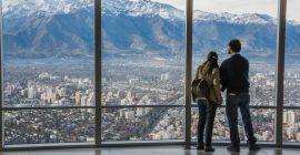 Imagen de dos turistas en el mirador del sky costanera en Santiago