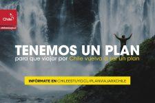 Imagen de una turista disfrutando de una cascada en Chile
