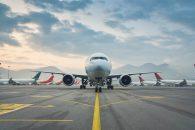 Avión en pista de aterrizaje junto a otros aviones