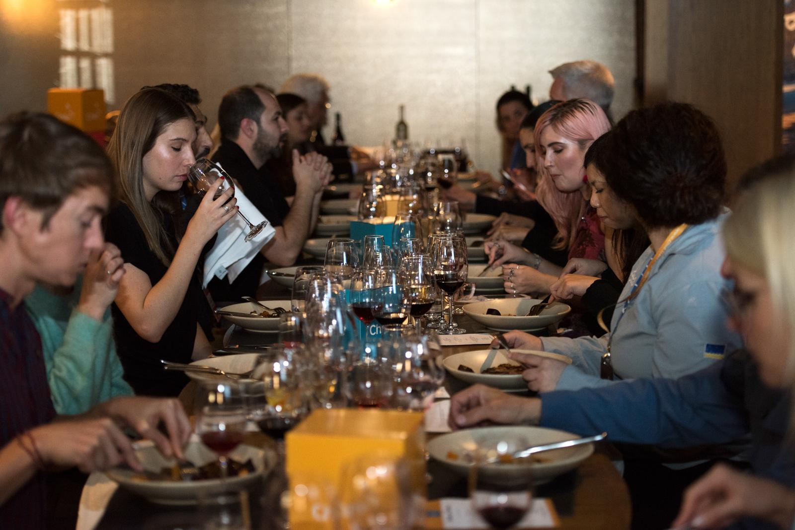 Imagen de la cata de vinos que realizaron los invitados en el Roadshow Australia realizado por Chile el año 2018