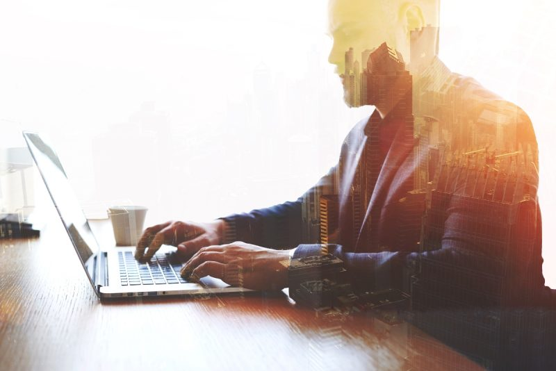 Imagen de un hombre de negocios teniendo una reunión online
