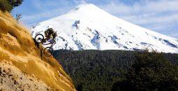Imagen de un turista practicando mountainbike en Pucón