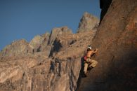 hombre realizando escalada sobre piedra