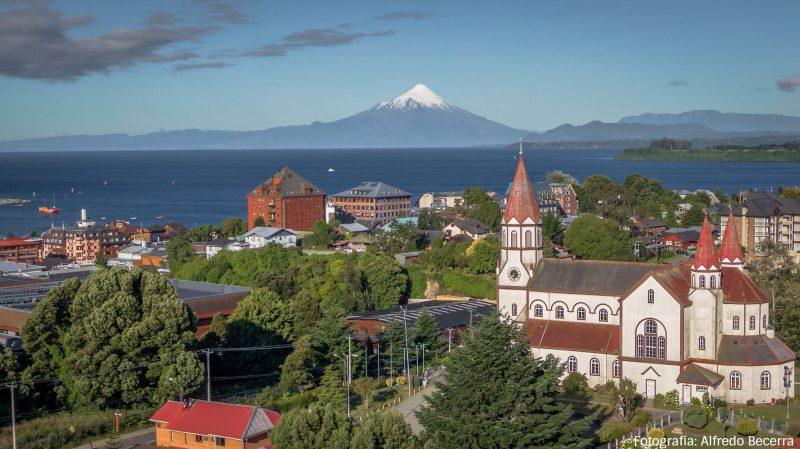 fotografía puerto varas con iglesia y fondo del volcán