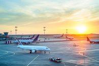 Aeropuerto con varios aviones estacionados